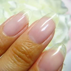 指が長く見えるようにネイルの長さ出しをしてスマートな指先を演出!のサムネイル画像