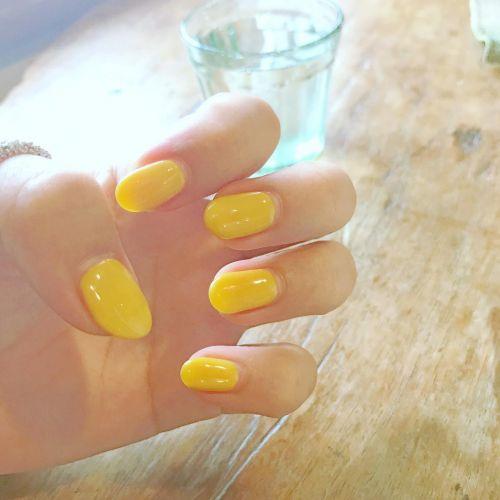 おしゃれさん注目!ビタミンカラーの《シアーイエロー》で夏ネイル♡のサムネイル画像
