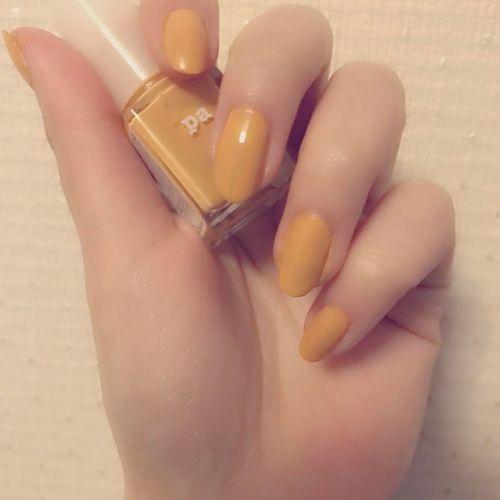 夏と秋の間の今やるべき《山吹色ネイル》で手元に秋感をプラス♡のサムネイル画像