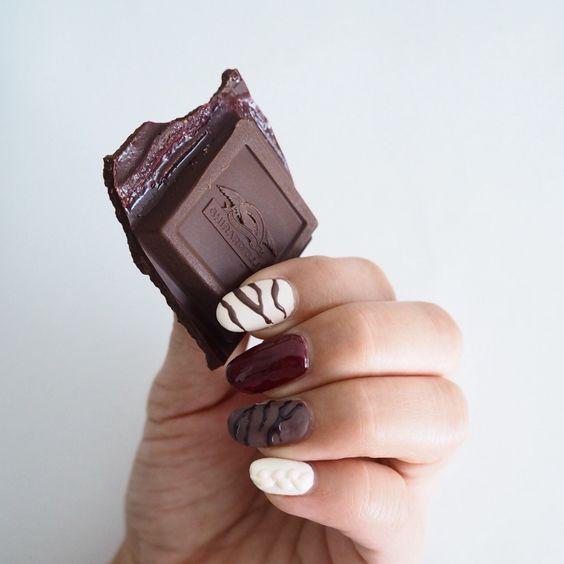 甘い香りが漂う?チョコレートネイルで美味しそうな乙女の完成♡のサムネイル画像