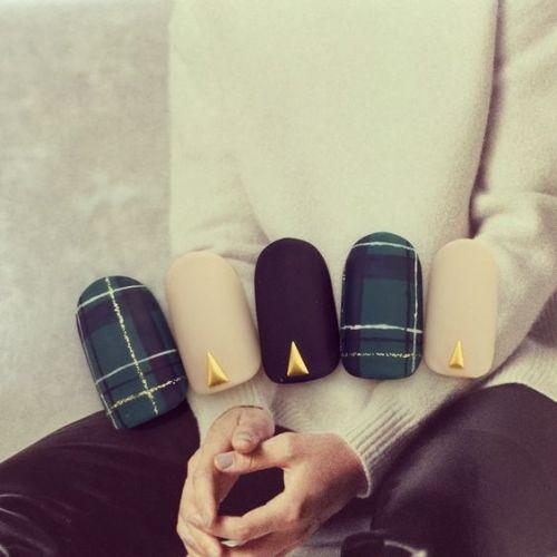 秋のファッションに合わせたい♡おすすめ秋色《チェックネイル》集!のサムネイル画像