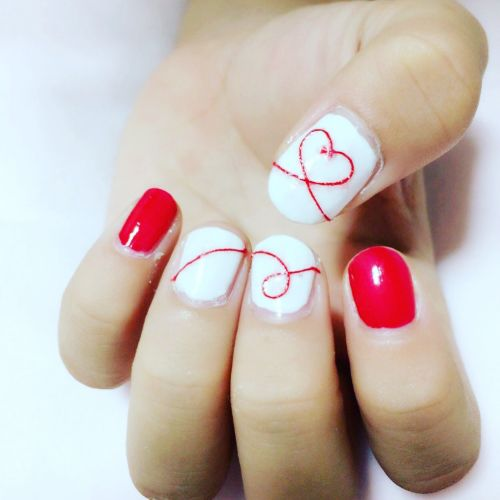 ネイルで出会いを引き寄せて♡秋冬は《赤い糸ネイル》をしよう!のサムネイル画像