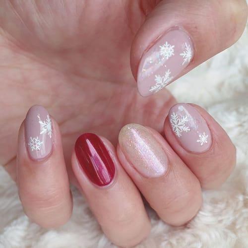 指先にも雪を降らせて♡【粉雪ネイル】がロマンチックで可愛すぎる!のサムネイル画像