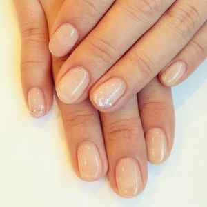 短い爪も彩り豊かに♡大人可愛いシンプルネイルがやっぱりおすすめのサムネイル画像
